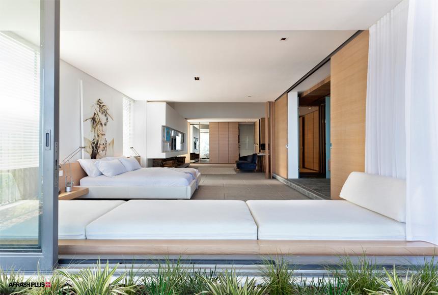 اتاق خواب مینیمال با تخت های سفید