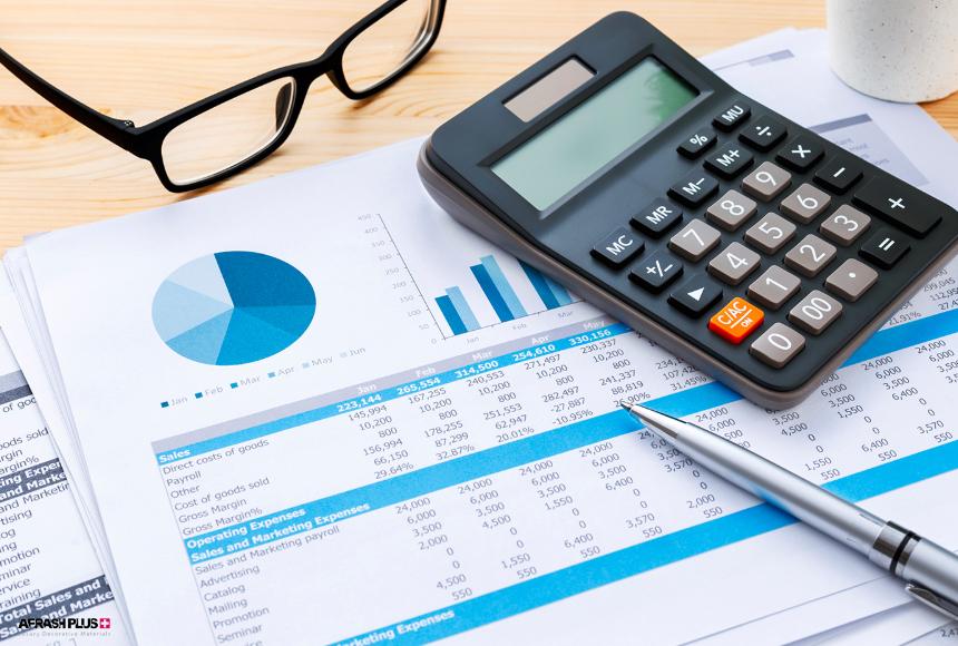 نمودارهای مالی در کنار ماشین حساب و عینک به منظور انتخاب انواع صفحه کابینت