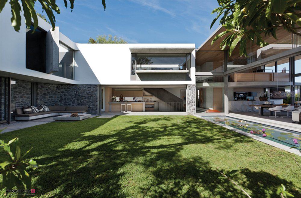 خانه ویلایی با نمای سفید و نقشه باز و حیاط چمن