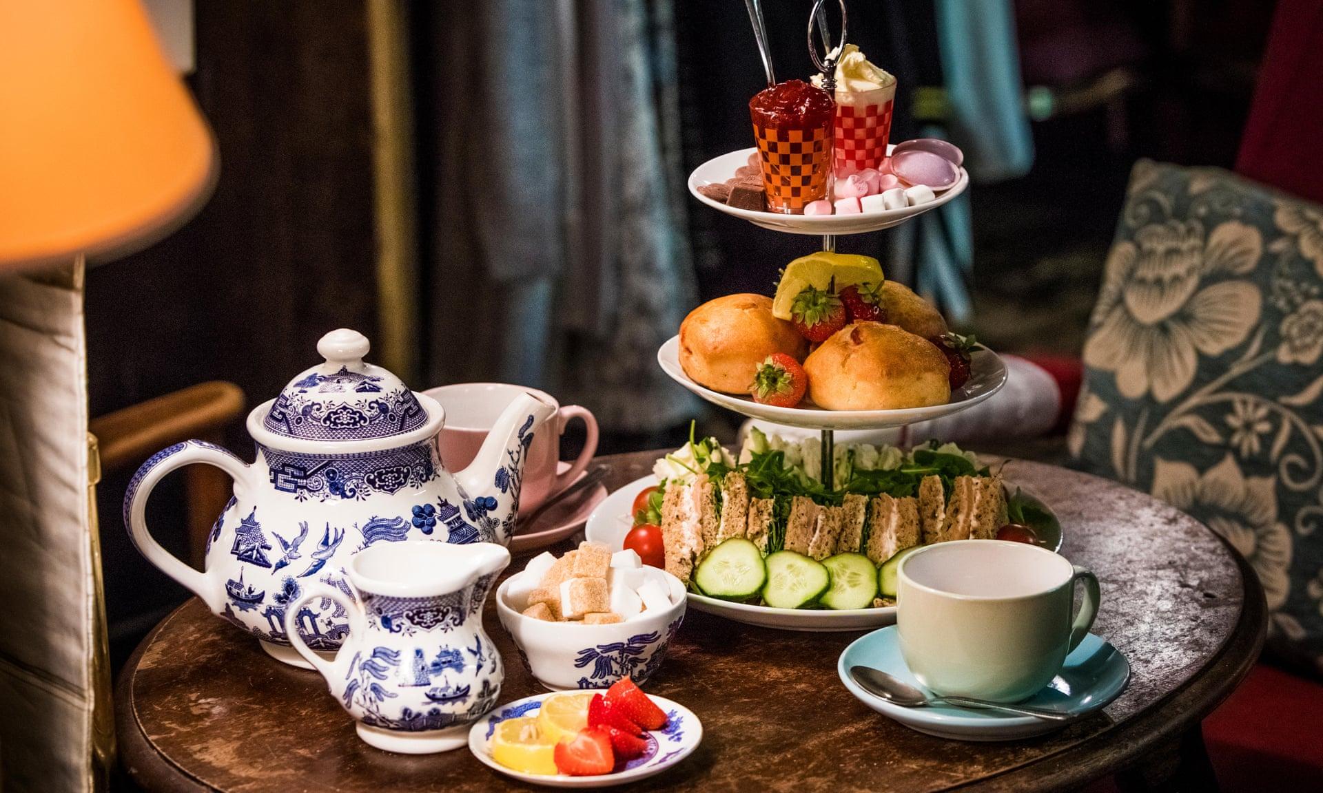دیس مزه به عنوان اکسسوری در کنار سرویس چای خوری چینی لوکس
