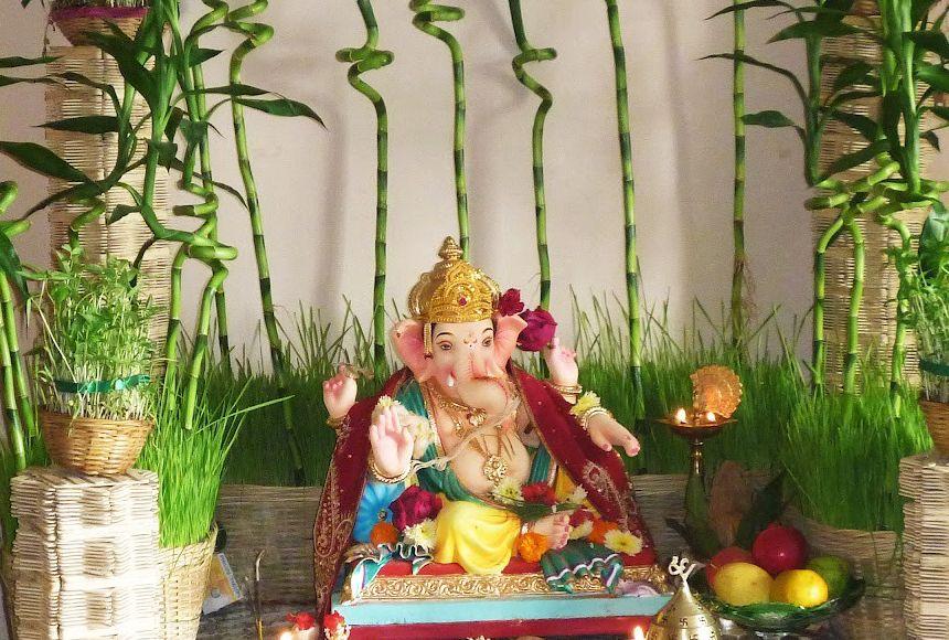مجسمه بودا به عنوان اکسسوری در زمینه چوب بامبو