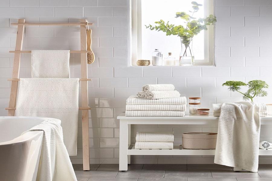 حوله سفید در دیزاین حمام