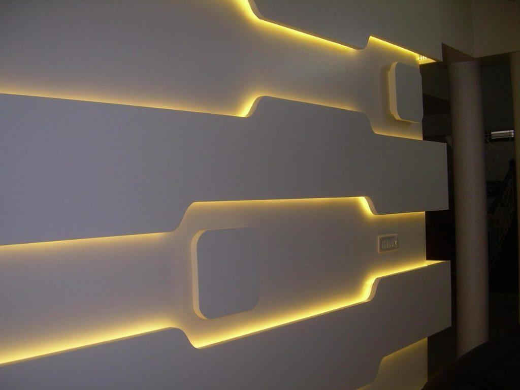 تصویری  که در آن نور به عنوان یکی از شاخص های  اصلی طراحی داخلی بر روی دیوار در حال نمایش است