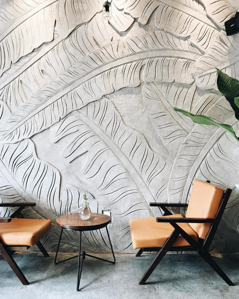 تصویری  که در آن بافت به عنوان یکی از شاخص های  اصلی طراحی داخلی بر روی دیوار نقش بسته است.