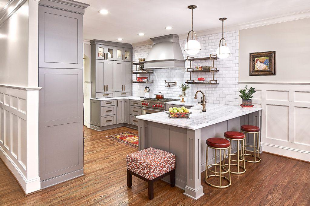 نمای آشپز خانه ای با سبک مدرن که از صفحه کابینت براق استفاده کرده در کنار کابینت های و تجهیزاتی قدیمی