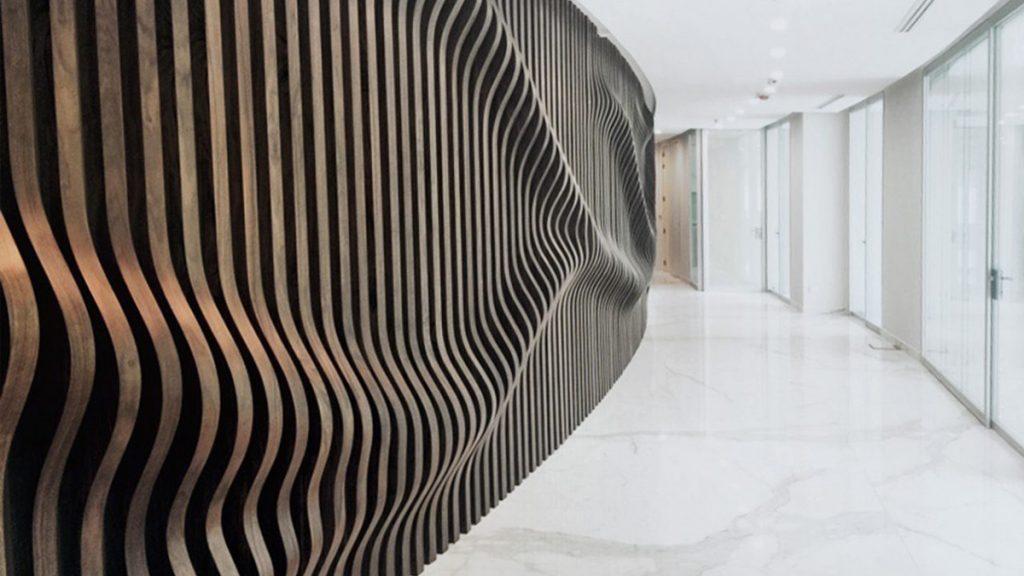 تصویری  که در آن فرم به عنوان یکی از شاخص های  اصلی طراحی داخلی با دیوار کوب  مشخص است.