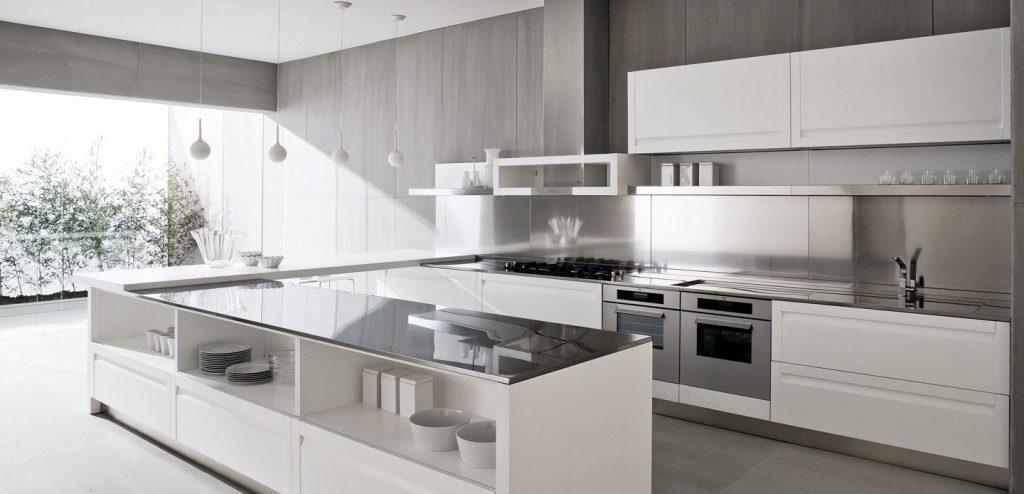 آشپزخانه با سبک مدرن که در آن کابینت های سفید رنگ با صفحات براق استفاده شده است.