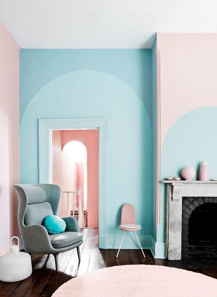 تصویری  که در آن رنگ به عنوان یکی از شاخص های  اصلی طراحی داخلی بر روی دیوار است.