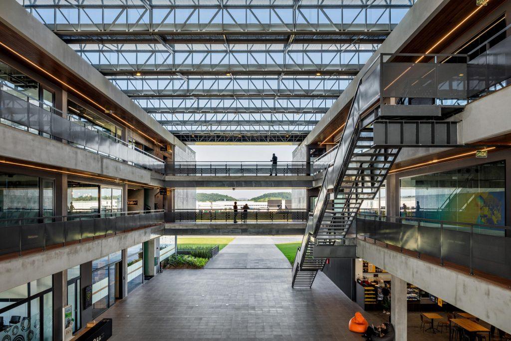 دو ساختمان مدرن که که طبقه های مختلف با راهرو در فضای بیرونی به هم متصل شده اند.