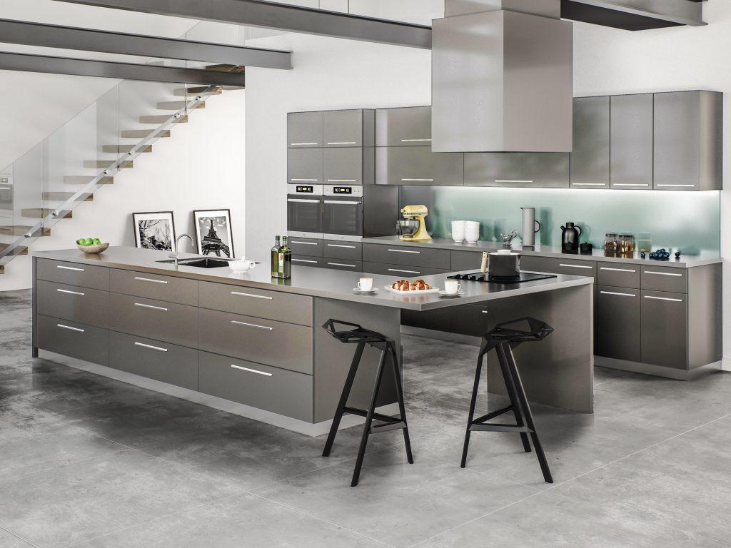 نمای آشپزخانه با سبک مدرن که از کابینت های فلزی براق استفاده شده است.