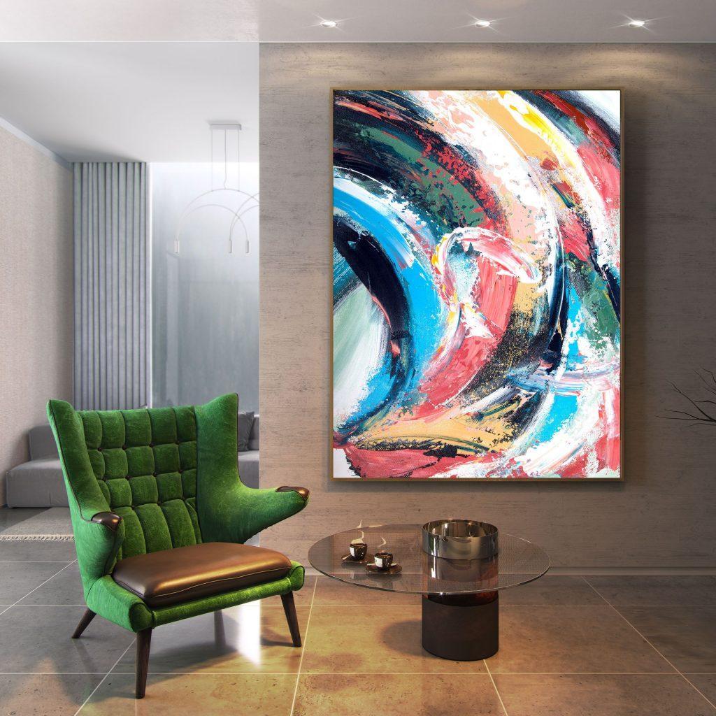 تصویری از دیواری با رنگ قهوه ای که روبروی آن  مبل تک نفره ای با  رنگ سبز و میز کوچک جلو دستی و تابلویی روی دیوار