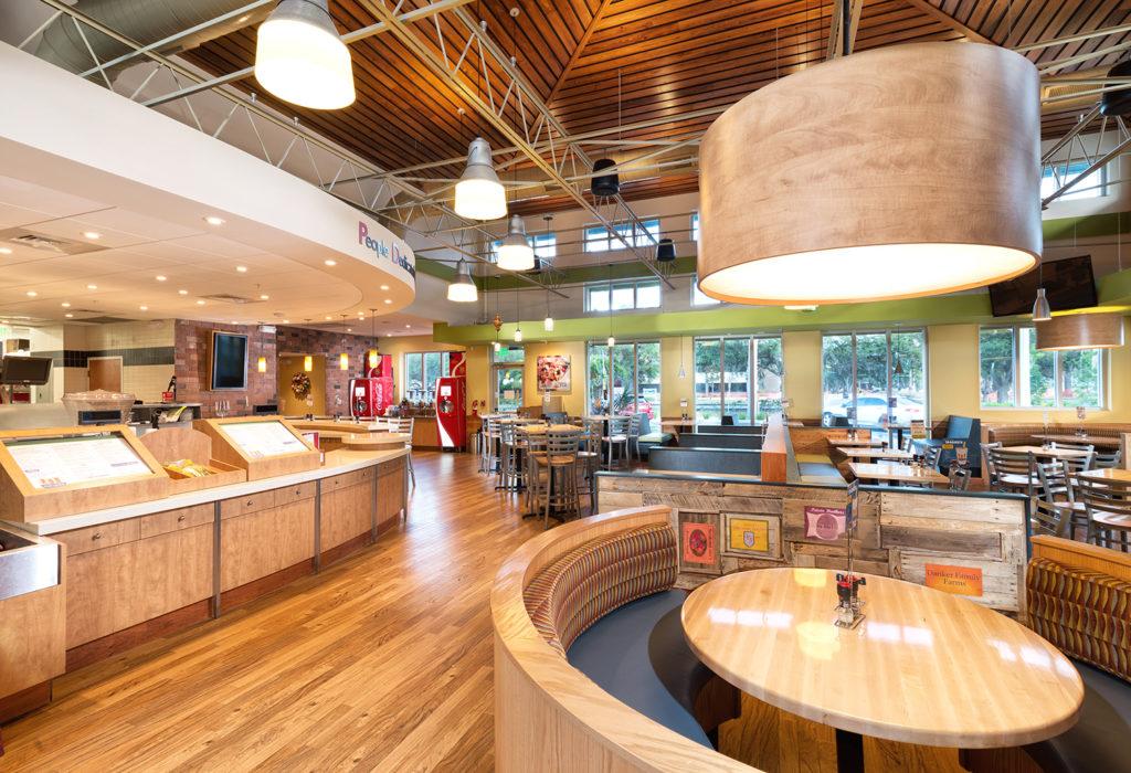 رستوران و کافی شاپ با مبلمان چوبی