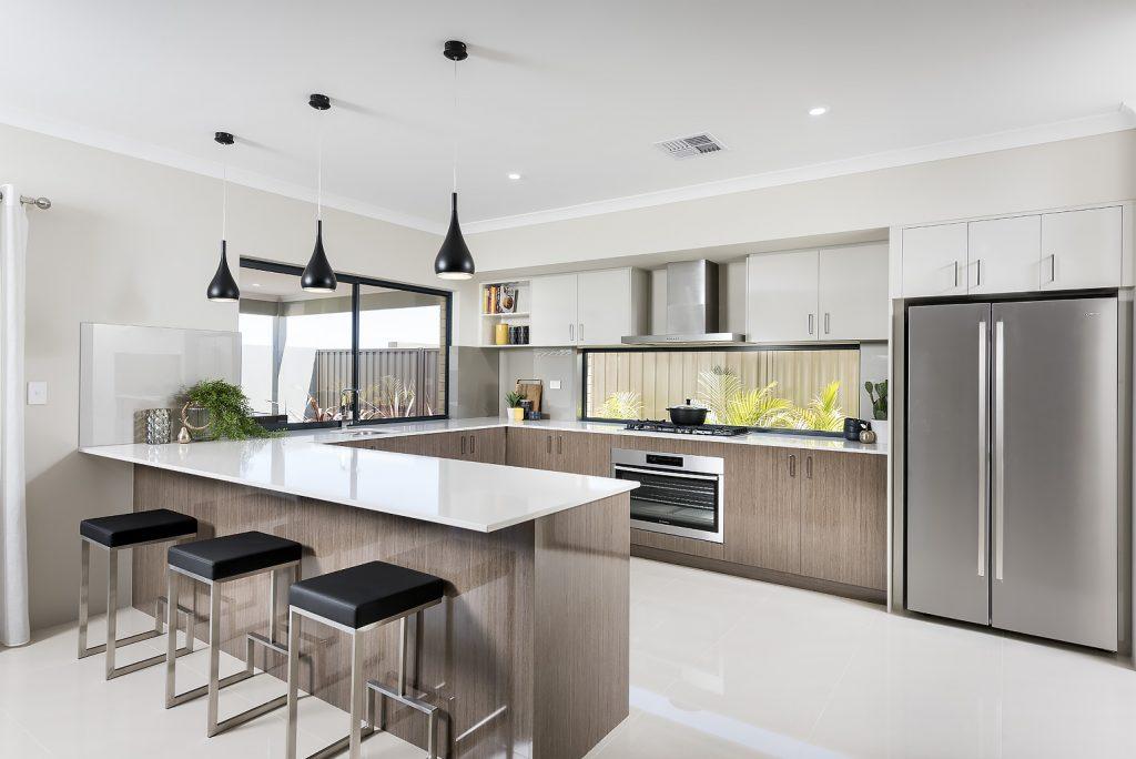 نمای آشپزخانه با سبک مدرن که از صفحه کاببینت براق سفید و طرح چوب براق استفاده شده و تقارن کابینت ها را نشان میدهد
