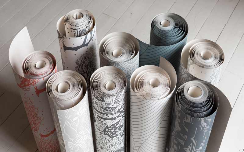 تصویر چند رول کاغذ دیواری با طرح های مختلف