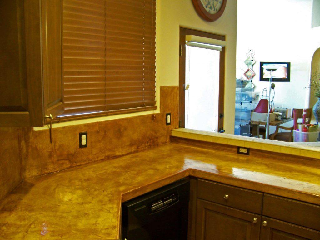 آشپزخانه ای با کابینت های قهوه ای، صفحه کابینت هوه ای و پرده قهوه ای