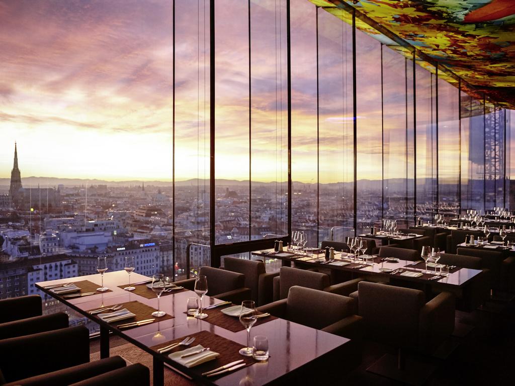 رستوران با دیواره شیشه ای و نمای شهر