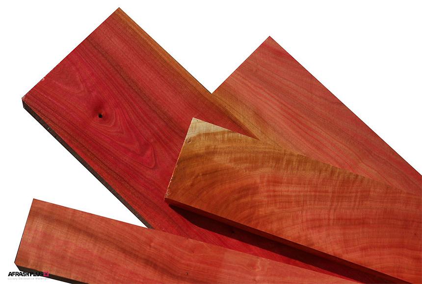 سه عدد الوار چوب Pink Ivory در زمینه سفید
