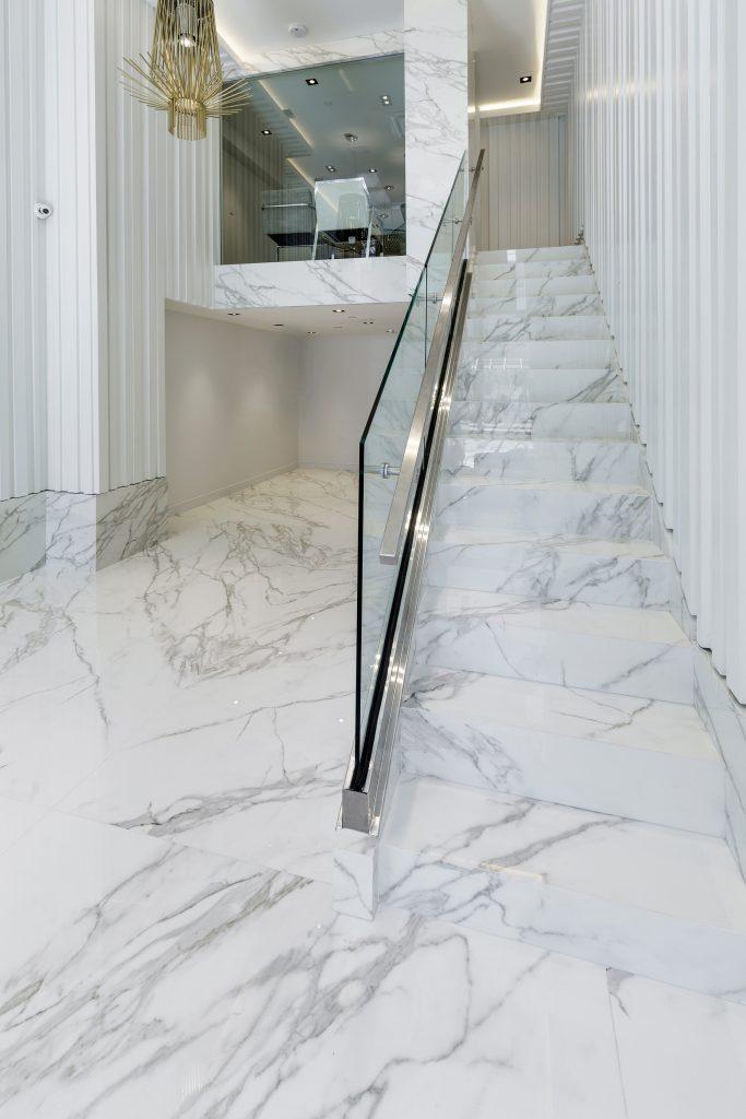راه پله با کف پوش SPL ،سفید رنگ با رگه های طوسی کم رنگ