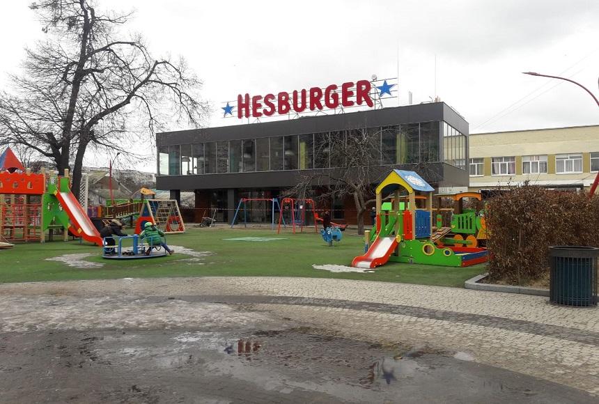 نمای بیرونی یک فست فود که وسایل بازی برای بچه ها تعبیه شده است