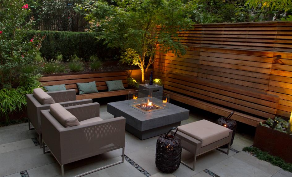 پاسیو دلنشین و کاربردی یا دیوارهایی چوبی و کف سنگ و ریگ و تزیین شده با مبلمان و میز مدرن