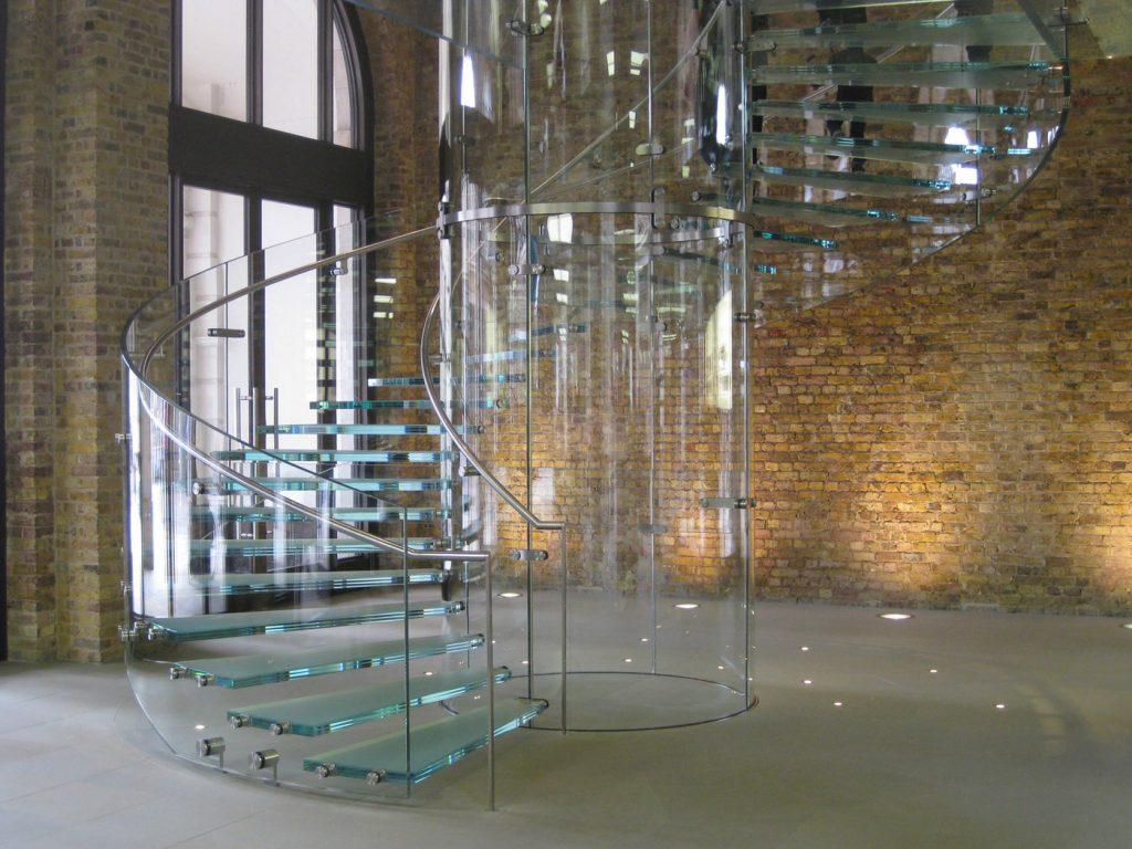 راه پله ای شیشه به صورت مارپیچ،به مانند اینکه پله ها معلق است