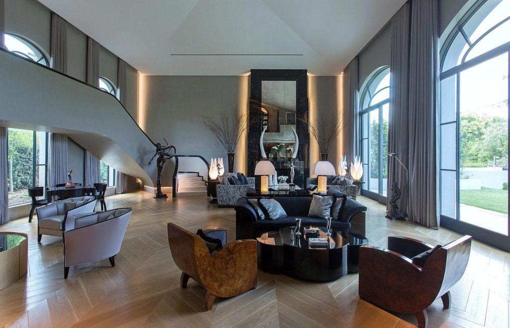 طراحی هیجان انگیز خانه دوبلکس با مبل های چوبی و پنجره های بزرگ