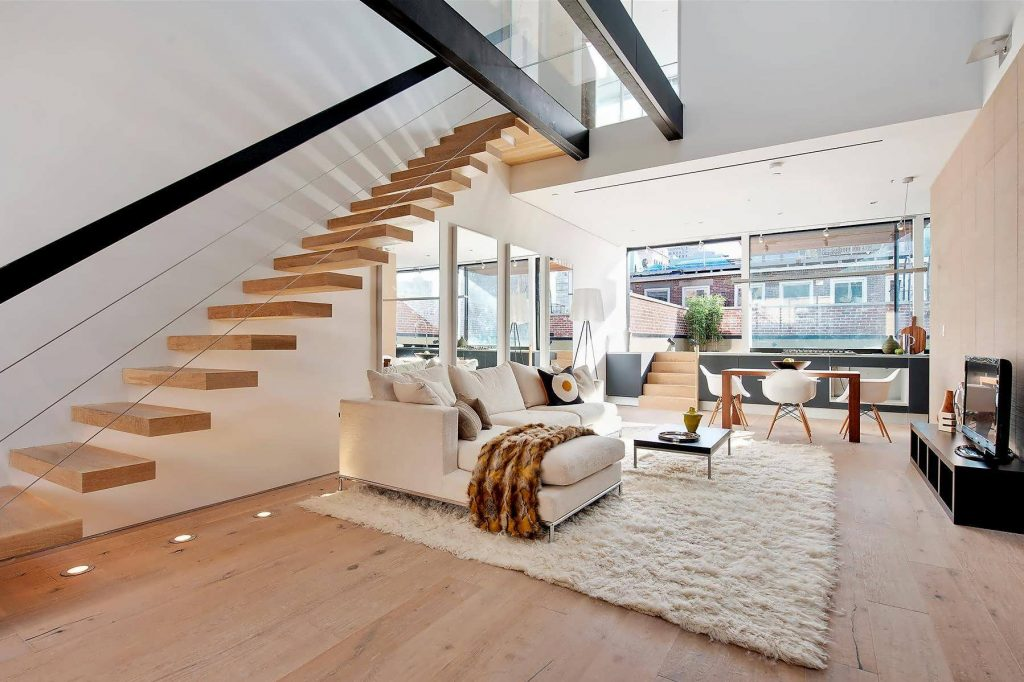 طراحی هیجان انگیز خانه دوبلکس با پله های چوبی