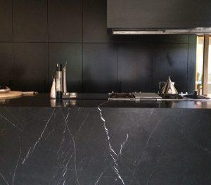 طراحی آشپزخانه با رنگ تیره